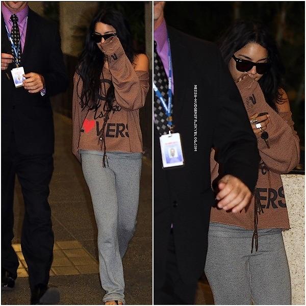 . 15 Novembre 2010 : Vanessa arrivant à Hawaï pour continuer le tournage de J2TMI. Vanessa Hudgens toujours dans la même tenue que les 2 précédente candid, logique. J'aime !