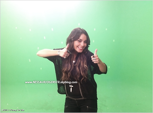 "9 Mai 2011: _ Vanessa, sans maquillage et Iphone4 en main arrivant à un studio de Los Angeles. + ""Funny or die"""