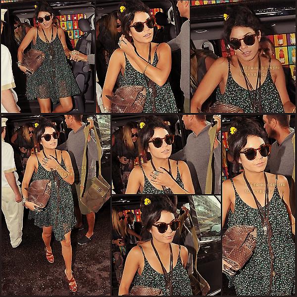 Candids du 14 Mai 2011, France.  Vanessa à été aperçut avec des amis et son manageur sur la terrasse du EDEN ROC à Cannes.