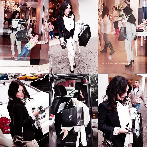 "Candids du 17 Mai 2011, New York.  Vanessa, souriante starbucks, sacs & Iphone en main, sortant du magasin new yorkais ""25 Park""."
