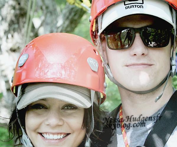 22 Mai 2011 : Vanessa & Josh au Navitat Canopy Adventures (accrobranche) à Asheville,en Caroline du nord. Vanessa aurait donc rejoint son copain en Caroline du Nord, pendant que celui-ci tourne un nouveau film.C'est mignon, ou pas!