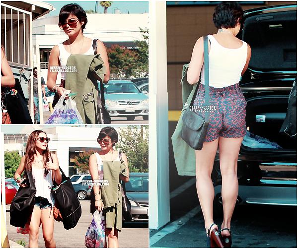 9 August 2011 ♦ Vanessa en compagnie de Stella ont été vues faisant du shopping à Urban Outfitters.