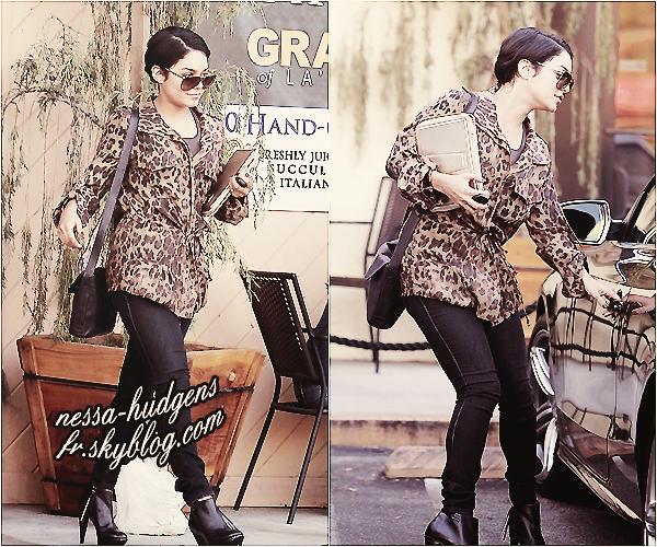 Le 24/08/2011 : Vanessa, souriante, sortant d'un rendez-vous d'affaire à Los Angeles.