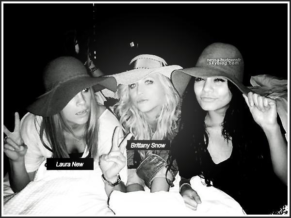 Re-découvre une photo perso de Vanessa Hudgens en compagnie de ses 2 BFF Laura New & Brittany Snow.