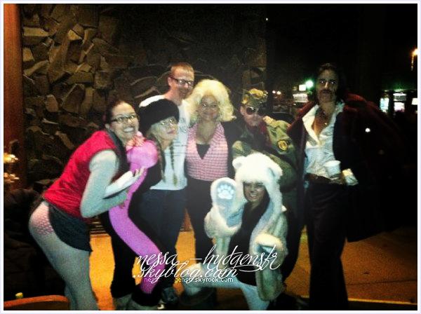 """Vanessa Hudgens fêtant Halloween avec le cast de """"Frozen Ground"""" à Anchorage."""
