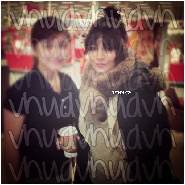 Vanessa Hudgens aperçue avec une fan dans un magasin à Anchorage. Alaska.