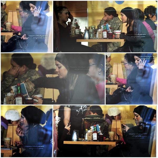 17 / 11 /11La famille Hudgens est en Alaska et elles ont été vues au Snow City Cafe. Waw *o*