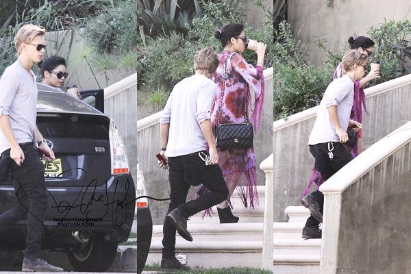 24.02.12 : Vanessa Hudgens & son petit copain Butf*cker, ont été vues allant et sortant de chez la maman de V'.