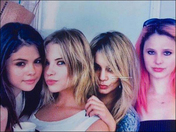 Découvre ci-dessous 2 photos, la 1ère de Nessa et Austin, puis la 2ème des filles sur le set de Spring Breakers.
