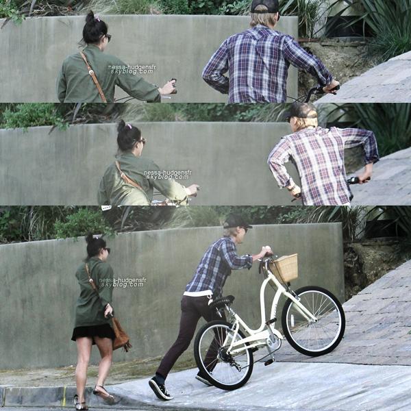 Vanessa vu avec Austin dans un café puis ensuite faisant du vélo. 09.04.12
