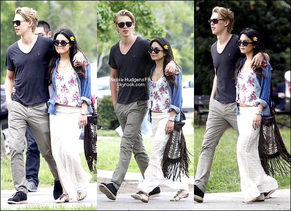 04.01.12 Vanessa & Austin ont passé un moment en amoureux dans un jardin botanique à San Marino.