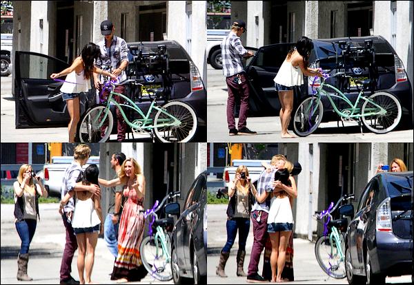 06.05.12 Nessa & Austin ont offert un vélo à la maman d'Austin pour son anniversaire.