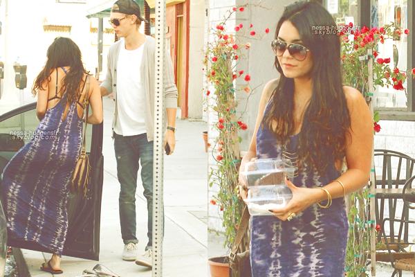 15 Mai 2012 - Vanessa aperçus avec son boyfriend Austin sortant du 'Sun Cafe' dans Studio City. Un très jolie TOP!
