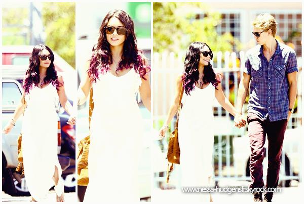 24 Juin 2012 : Vanessa et Austin ont été vus dans Studio City main dans la main profitant du soleil californien.
