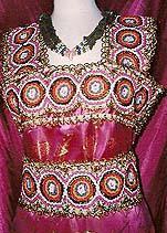 Aujourdhui, la robe kabyle retrouve un nouveau souffle, elle souvre au monde et ses artisans nhésitent plus à sinspirer dautres créations.