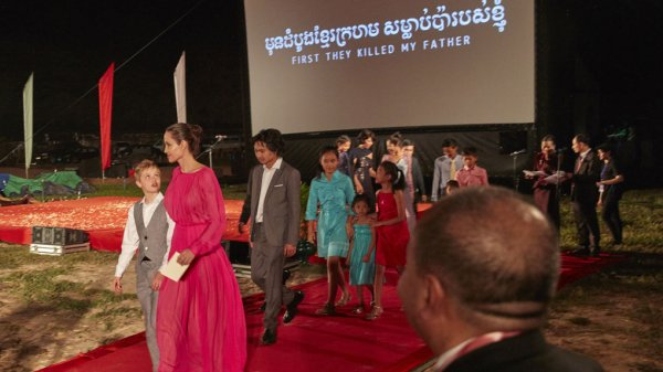 Angelina Jolie présente First They Killed My Father, son film sur les Khmers rouges.