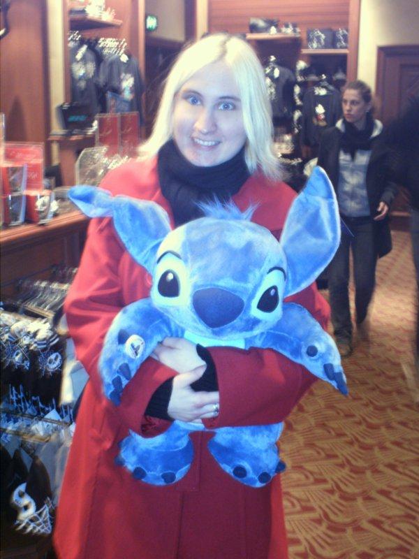 Les tof de moi avec des peluches grandeur nature de Stitch, mikey et Minnie.