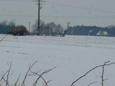 la commune qui sale les routes avec un Mc Cormick CX70L et une saleuse Kuhn