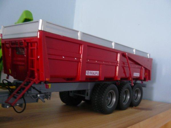 mes achat a l expo de Fécamp : New Holland 8560 avec jumelage declipable et benne Maupu rouge 3essieu édition limitée