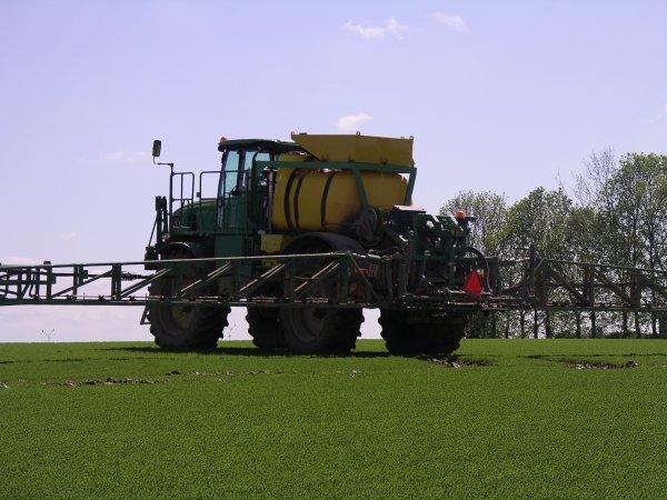 pulvérisation du lin le samedi 12 mai 2012 avec un pulvé automoteur John Deere