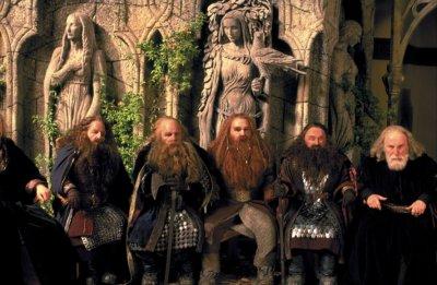 Impatient que la Terre du Milieu soit peuplé, Aulë créa secrètement dans une caverne les Sept Pères des Nains et leur apprit un langage, le Khuzdul. Ilúvatar découvrit leur existence et leur accorda la vie, à la condition qu'ils ne s'éveillent qu'après les Premiers Nés. Ainsi, peu après la venue des elfes Elfes, les Nains sortirent de leur sommeil. Les Nains sont fiers et tenaces, ils aimaient toutes les substances issues de la terre : la pierre, les joyaux et le métal et le mithril. Ils excellaient dans la forge, la mine et la maçonnerie. Les Nains mesurent environ 1,50 m et vivent environ 250 ans. Il y a peu de femmes nains.