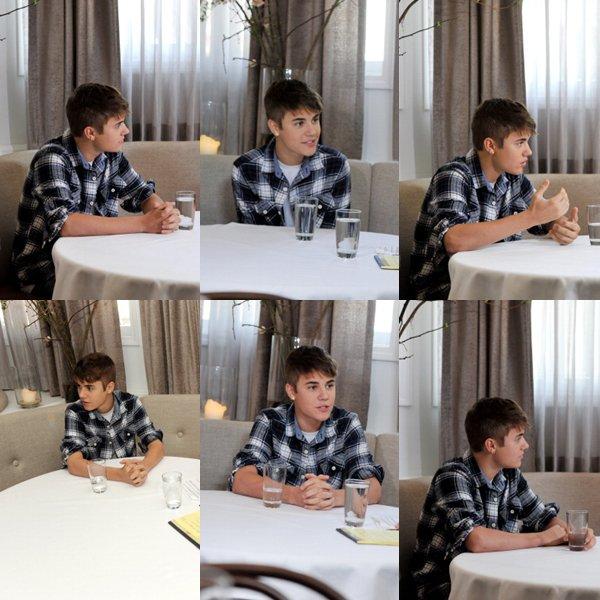 24/03 : Justin Bieber était en interview hier, le 24 mars avec Elvis Duran du Show Télévisé « The Elvis Duran Morning Show ». Son équipe lui a confectionné un gâteau à l'image de Boyfriend, je le trouve assez sympathique comme gâteau pas vous ? + Une photo de Justin et Cody.