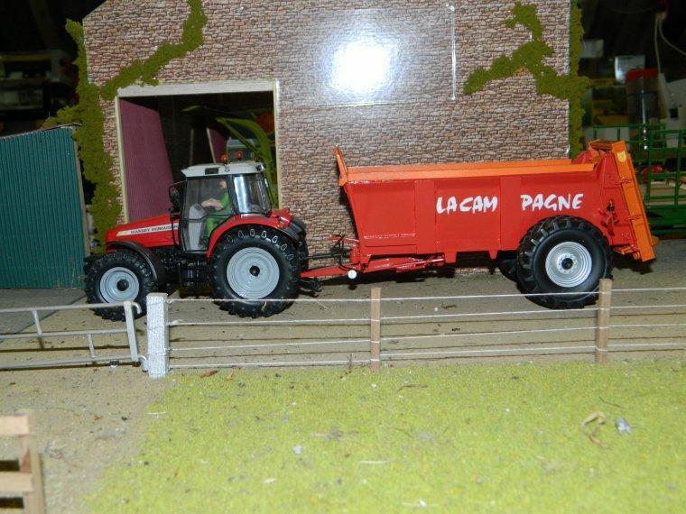 epandeur la campagne ec 12 avec divers tracteur (nickel sur le fendt 716 et le 615)