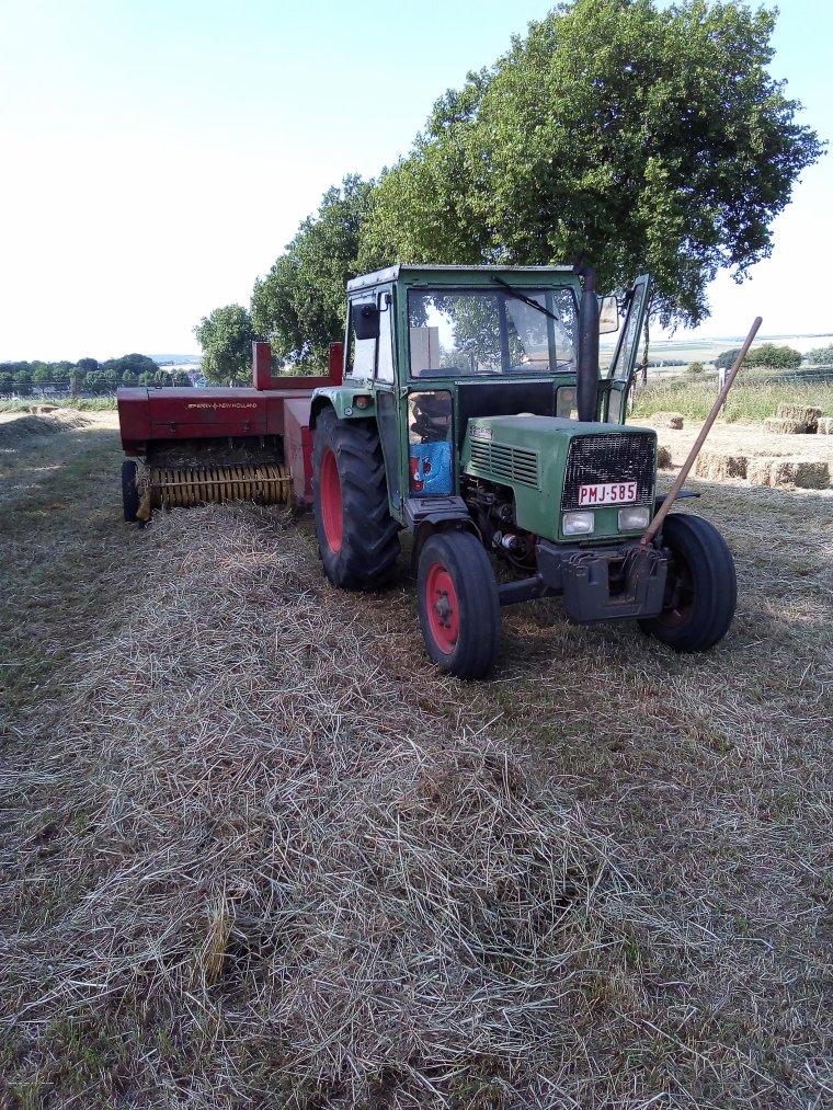 pressage de foin avec le fendt 104s et la new holland 276