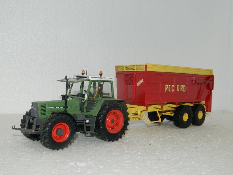 epandeur a maïs record avec quelques tracteur