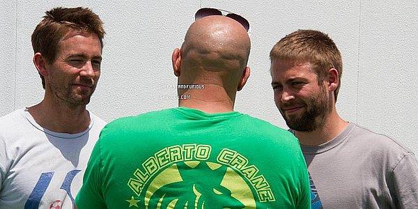 """Fast and Furious 7"""" : les frères de Paul Walker sont sur le tournage !La nouvelle est tombée il y a quelques jours : les deux frères de Paul Walker lui serviront de doublure pour finir le tournage de """"Fast and Furious 7"""" malgré son décès. Et d'après la photo publiée par Vin Diesel sur Facebook, Caleb et Cody sont bien arrivés sur le tournage."""