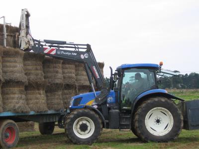 tracteur new holland fourche et remorque a foind
