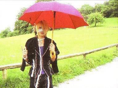 Reita sous sont beau parapluie rose/rouge :p