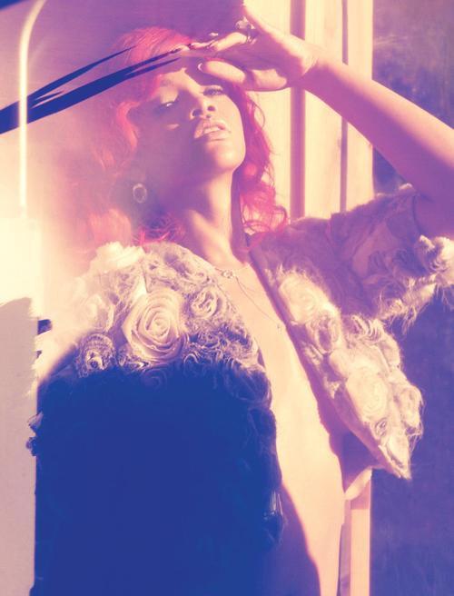 -- Lundi 4 Octobre 2010 : Voici deux nouvelles photos promotionnel du prochaine album de Rihanna LOUD!--