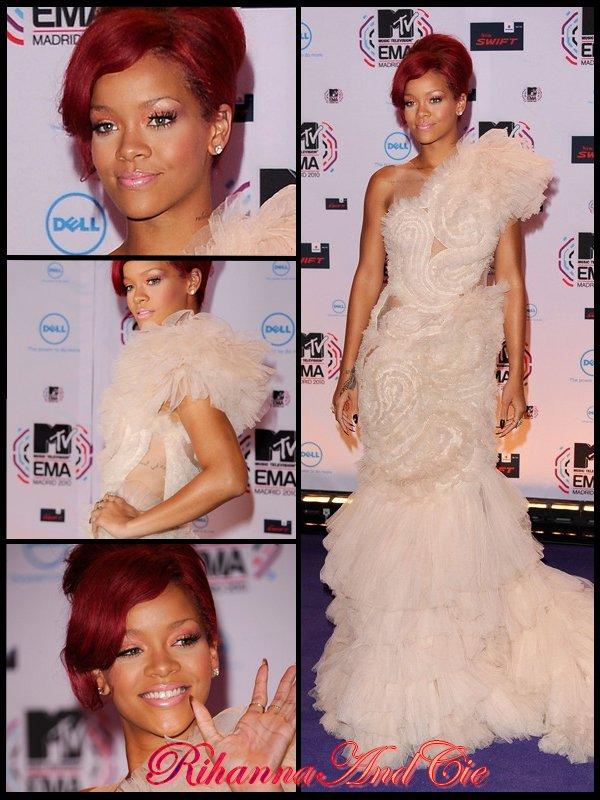 -- Dimanche 7 Novembre 2010 : Rihanna vient de posée sur le tapis rouge (violet) des MTV Europe Music Award ou la belle se produira dans quelques instant. Rappelons qu'elle est aussi nommer dans 4 catégorie et qu'on éspère vraiment qu'elle aura ces chances car la belle est dans chaque catégorie contre la talentueuse Lady Gaga pour qui tous souris en se moment .. Good Luck Rihanna--