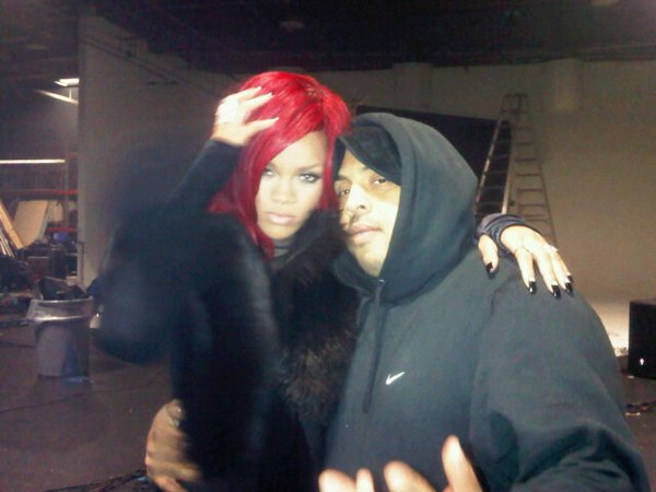 "-- Mardi 21 Décembre 2010 : Rihanna  vient de postée une photo d'elle (avec une nouvelle coupe) sur le tournage du clip de « All Of The Lights »  en duo avec Kanye West. La belle a ajouté comme commentaire "" Me and hype...Turn up the lights in here baby, EXTRA BRIGHT bitches!!! "" ...--"