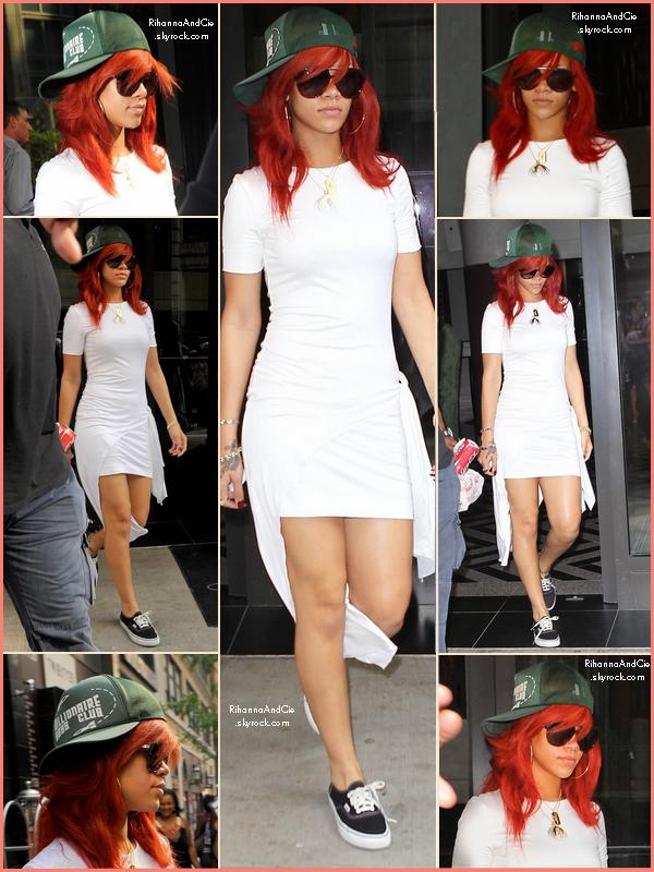 -- ▬19 Juillet 2011 : Rihanna qui son hôtel pour rejoindre sa cousine dans les rues de New-York.  --