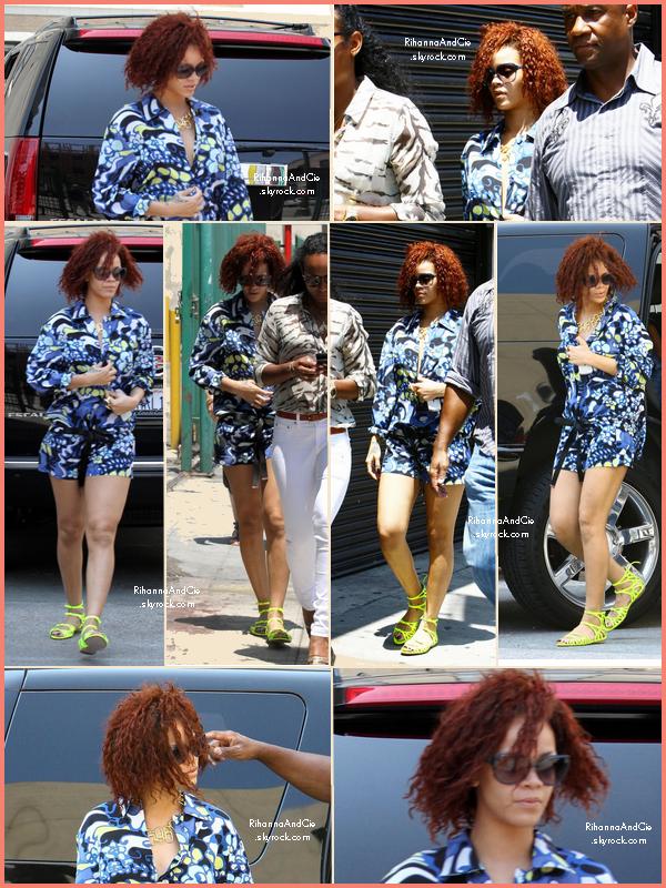 -- ▬27 Juillet 2011 : Rihanna ce rend dans un studio photo pour réaliser un Shoot pour la version britannique de Vogue..  --