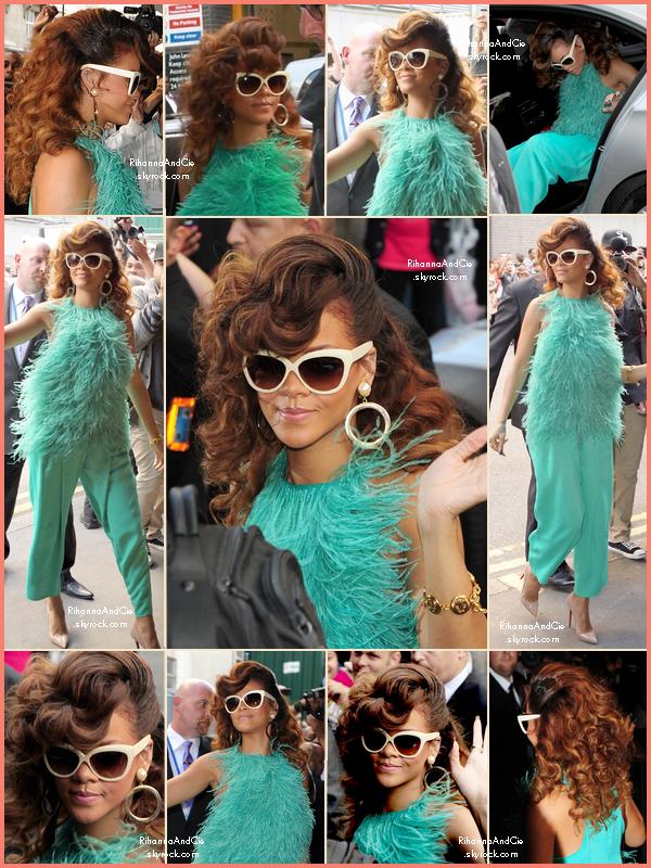 -- 19 Août 2011 : Rihanna se rend au magasin House of Fraser  à Londres où est organisé la promotion de Reb'l Fleur.. --