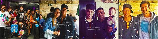 . 05 Juillet 2015 : Neymar était de nouveau présent au concert de son ami, le chanteur Thiaguinho à Rio de Janeiro - BR ! Notre Neymar Jr., rock star en herbe, est lui aussi monté sur la scène lors du concert pour y performer au coté de son grand ami ! ♦.