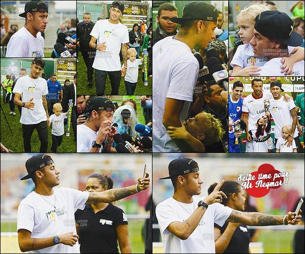 . 07 Juillet 2015 : Notre Neymar c'est rendu à l'institut Neymar Jr en compagnie de son fils, Davi Lucca à São Paulo - BR ! Neymar Junior était accompagné de sa famille et de plusieurs amis, dont la belle Carolina Dantas, la mère de son fils ! Top ou Flop ?.