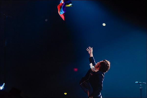 .27/06/18 ● Harry a performé dans le cadre de sa tournée « Live On Tour » à Indianapolis, aux Etats-Unis. C'était son 51ème concert! Sa tenue est plutôt sobre et sombre. J'aime bien le col de sa chemise. Un petit top pour une simple tenue ! Avis ?  .