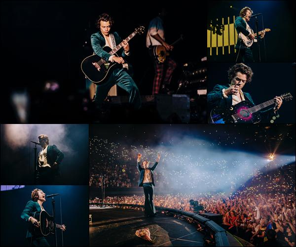 .13/07/18 ● Harry a performé dans le cadre de sa tournée « Live On Tour » à Los Angeles, aux Etats-Unis. Avant dernier concert pour le chanteur! Niveau tenue, son costume est en velours bleu, j'aime bien mais il a déjà porté mieux - un top! Avis ?  .