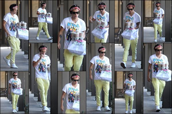 ..02/09/18. ● Cafés en main, Harry à été photographié alors qu'il quittait « Sunlife » - se situant dans Malibu. Matinal, le britannique apportait le petit déjeuner. Concernant sa tenue, j'aime bien sa tenue hormis l'association avec ce jogging. Top ! .