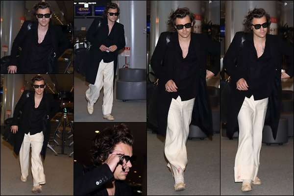 ..09/10/18 ●. Notre britannique favori a été vu alors qu'il arrivait à l'aéroport de Narita - se situant au Japon. Harry est donc de retour à Los Angeles. Niveau tenue, ça ne change pas trop de d'habitude, c'est dommage. Un petit top ! Ton avis ? .
