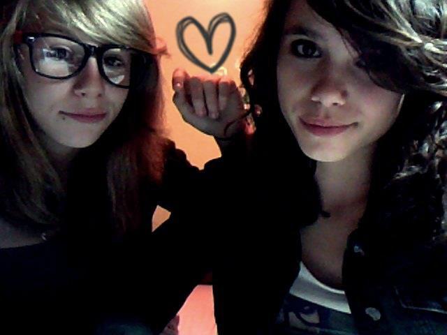 La meilleure amie ♥ La plus importante de toute , celle a qui tu te confit .Celle qui ne te trahi pas , celle que tu aime le plus