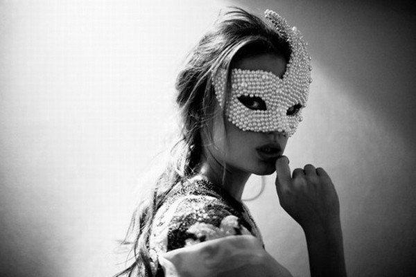 La personne qui rit, parle beaucoup et qui paraît vraiment heureuse peut aussi être celle qui le soir, s'endort en pleurant...