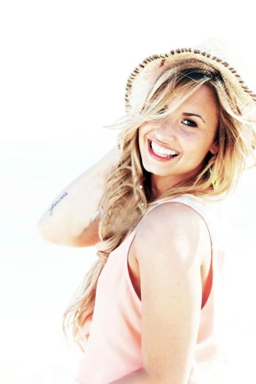 Un sourire est le plus beau maquillage qu'une fille puisse porter.  - Demi Lovato