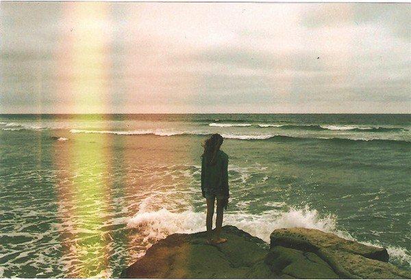 L'avenir nous tourmente, le passé nous retient, c'est pour ça que le présent nous échappe.  - Gustave Flaubert