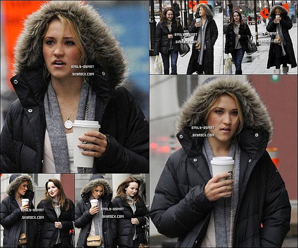 . 13/04/2011 : Emily et Kay Panabaker ont été vues sortant d'un Starbucks à Montreal au Canada. .