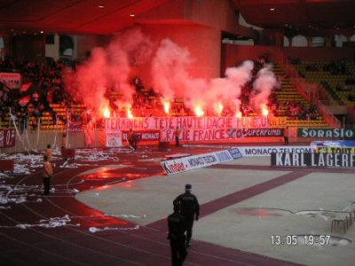 Le stade louis II avec les fumigiénes